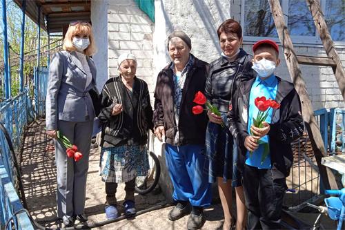 Администрация Натальинского МО и учащиеся школы поздравили юбиляра и тружеников тыла
