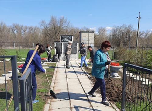В поселке Головановский провели субботник у обелиска и высадили деревья